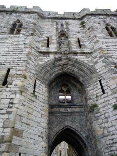http://www.exploring-castles.com/image-files/caernarfon_castle_gatehouse.jpg
